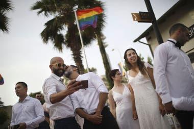 Parejas homosexuales se preparan para una boda masiva del mismo sexo en Tel Aviv, Israel, en junio de este año