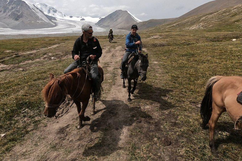 El padre que llevó a su hijo a Mongolia para desconectarlo de su celular
