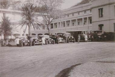 Autos estacionados frente al hotel. El movimiento de turistas era constante.