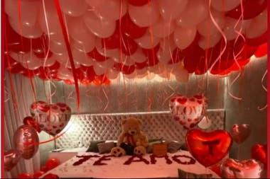 El techo de la habitación, plagado de globos rojos y rosas para conmemorar el día de los enamorados