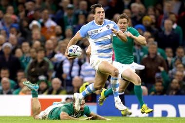 El rosarino corre frente a Irlanda en el Mundial Inglaterra 2015; ése es, por ahora, su último certamen en los Pumas.