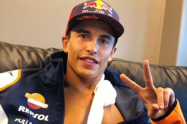 Marc Márquez, sonriente, luego de haber sido operado