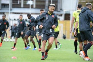 El brasileño Diego, 10 de Flamengo, en uno de los entrenamientos del vigente campeón de la Libertadores, que acaba de contratar a un nuevo entrenador: el español Doménec Torrent.