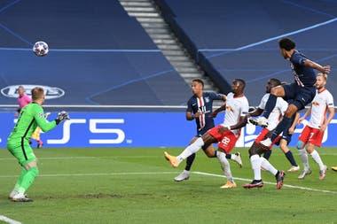 Marquinhos, tras el tiro libre de Ángel Di María, puso el 1-0 para PSG ante Leipzig