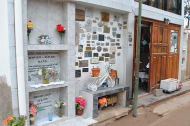 La entrada al mausoleo de Miguel Ángel Gaitán, con placas de agradecimiento por los milagros concedidos