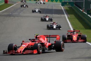 Charles Leclerc y Sebastian Vettel, los pilotos de Ferrari en otra desastrosa jornada: como en el Gran Premio de Gran Bretaña de 2010, las espadas de la Scuderia terminaron en la pista, pero lejos de los puestos que reparten puntos para el campeonato