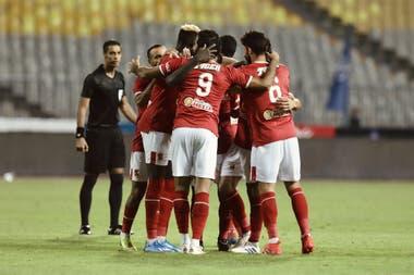 Los jugadores de Al Ahly se abrazan en un festejo; el equipo egipcio, con 41 títulos, es el más ganador del mundo en las últimas dos décadas