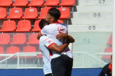Guillermo Vilalba (tapado) celebra el segundo gol de Deportivo Morón en el primer amistoso con Independiente disputado en el Libertadores de América. El Gallo se impuso por 2 a 0.