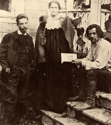 Lou Andreas-Salomé (centro) y Rainer Maria Rilke (izquierda) visitando al poeta ruso Spiridon Drozhzhin