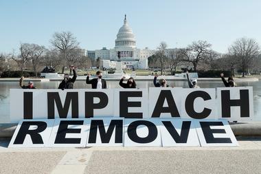 Gente reunida en el Capitolio manifestándose en favor al juicio político contra Trump