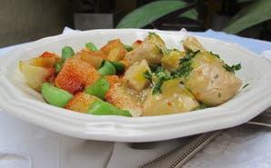 Bocados de pollo a la cacerola con papas al pimentón, chauchas y cilantro