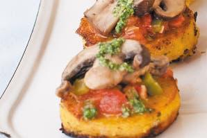 Bruschetta de polenta, hongos y morrones