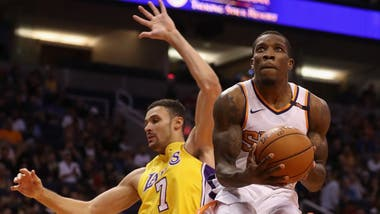 Eric Bledsoe en acción ante Larry Nance JR