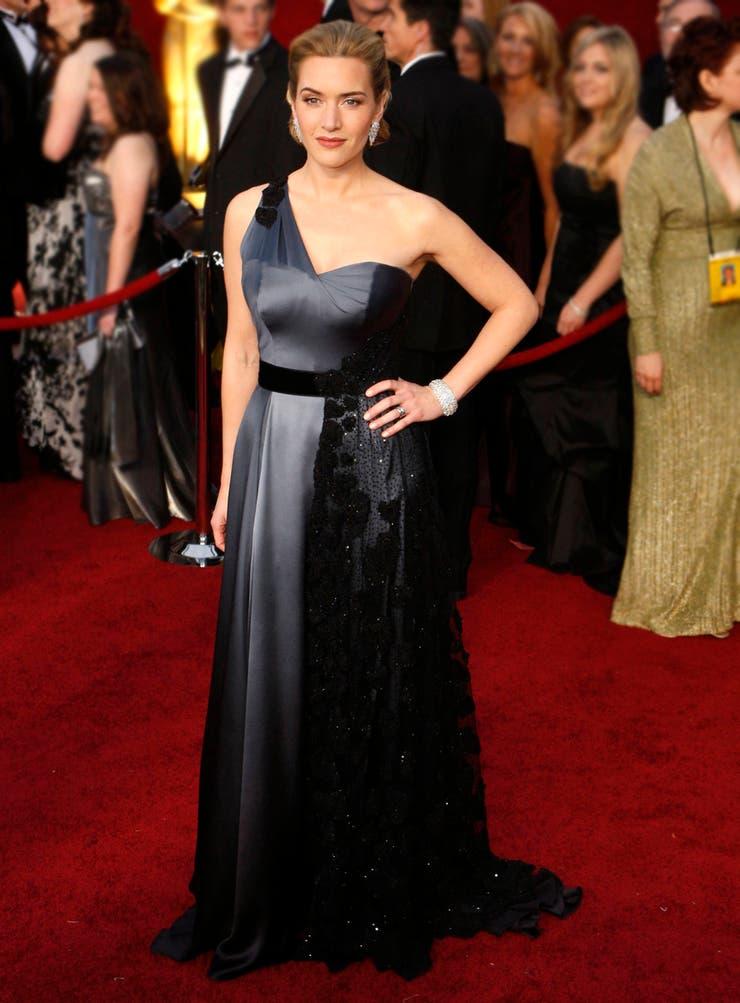 Kate Winslet eligió a Atelier Yves Saint Laurent de Stefano Pilati para llevar este vestido de satén gris y tul negro que no sólo hacia lucir su figura, sino que resaltaba la elegancia británica sin aburrir