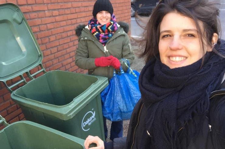 Alessia y Umay visitando los tachos, en Aarhus