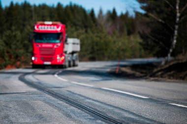 En primer plano, el riel eléctrico sobre el que viaja el camión