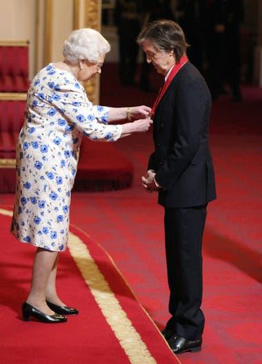 La reina Isabel II y el músico, en plena ceremonia de entrega de la condecoración
