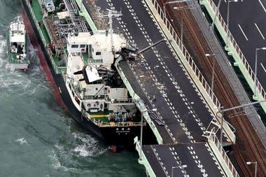 El petrolero que destruyó el puente que une el aeropuerto con tierra firme