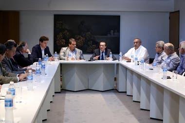Empresarios, funcionarios y sindicalistas en la reunión de anteayer en la que se acordó el bono