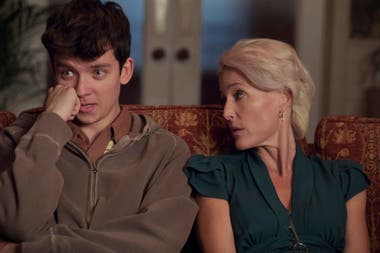 Asa Butterfield y Gillan Anderson, en una escena de Sex education