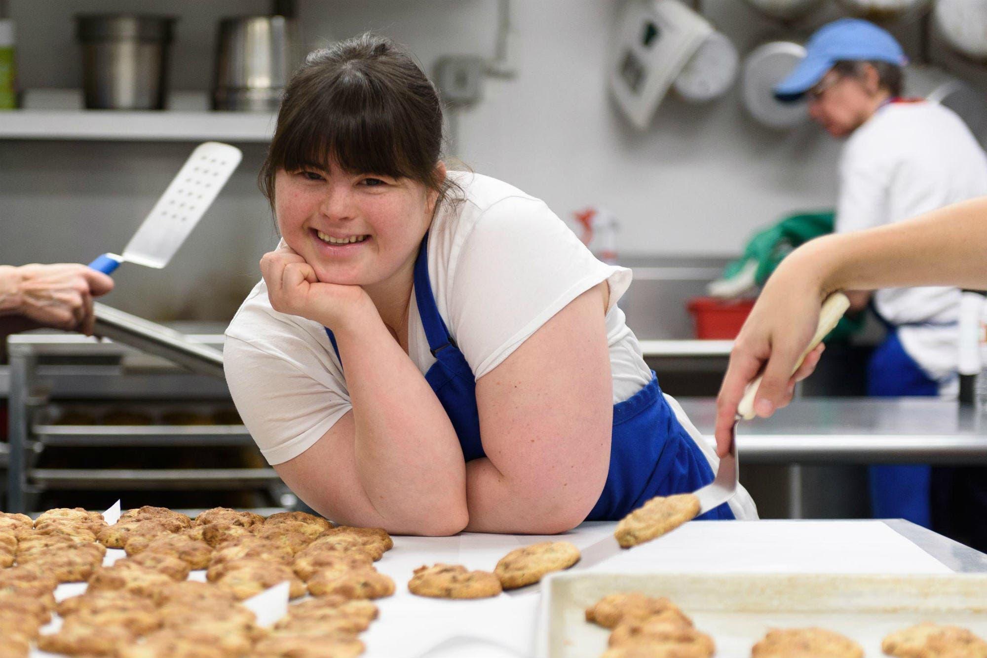 Tiene síndrome de down, no le daban trabajo, abrió su propia panadería y es un éxito