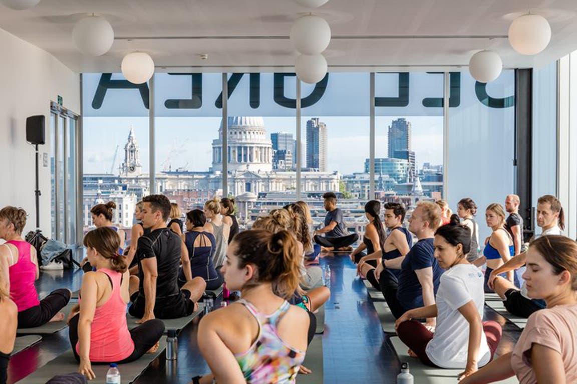 Una clase de yoga en la Tate Gallery de Londres