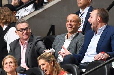 Ginóbili ríe junto al manager general de Spurs, R. C. Buford, y el exbasquetbolista Sean Marks; luego vendrían las emociones intensas.