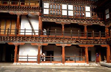 Funcionarios en el Wangdue Phodrang Dzong, la fortaleza-monasterio de la villa Thedtsho Gewog, en la zona central.