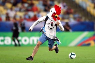 La persona que entró al campo de juego disfrazado de pollo, en el partido Chile-Uruguay
