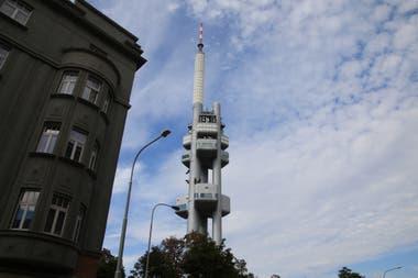 En Praga, la torre de la televisión ofrece muestras y vistas panorámicas