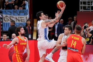 Una escena de la final ante España. Una derrota que de todos modos eleva a la selección argentina.