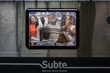 La línea C va de Constitución a Retiro y sigue el curso por debajo de la Avenida 9 de Julio