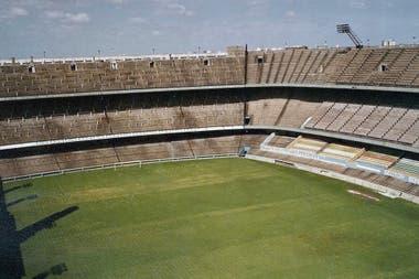 Durante 1984, la Bombonera estuvo clausurada por riesgo de derrumbe y a punto de ser rematada