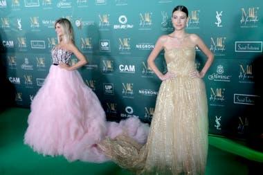 Premiadas por su estilo como panelista femenina y como mejor influencer: Debora Plager con vestido de Claudio Cosano y Angie Landaburu, lookeada con un Oscar de la Renta