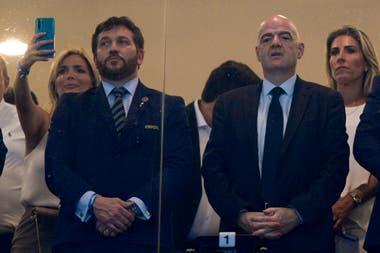 Alejandro Domínguez (presidente de la Conmebol) y Gianni Infantino (presidente de la FIFA). Sudamérica le pidió a la FIFA que garantice la presencia de los jugadores que militan en clubes europeos para comenzar a jugar las eliminatorias en octubre.