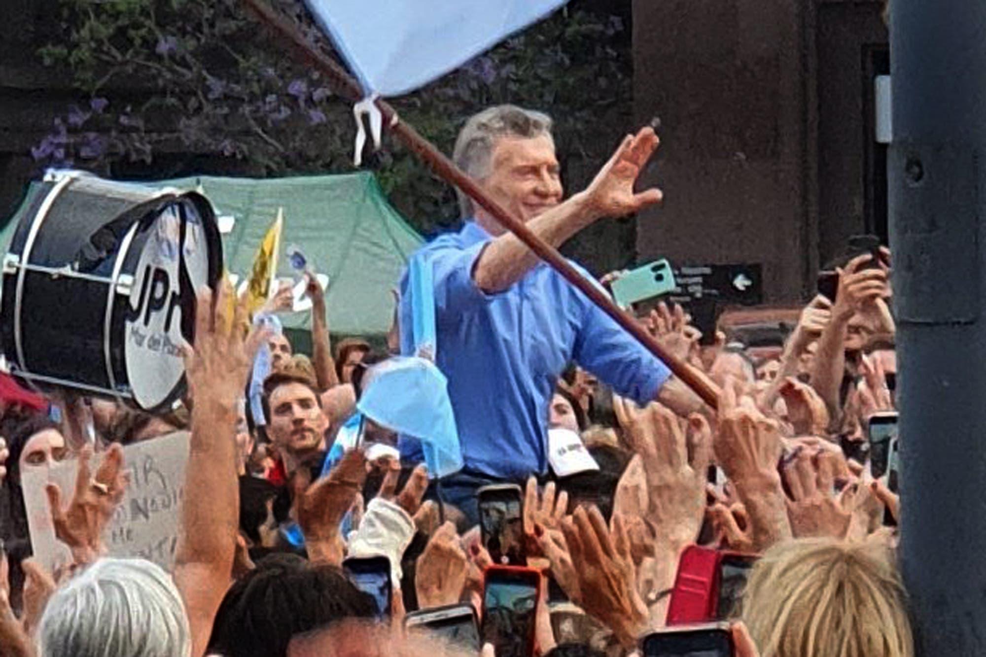 En andas: así terminó Mauricio Macri su acto de despedida