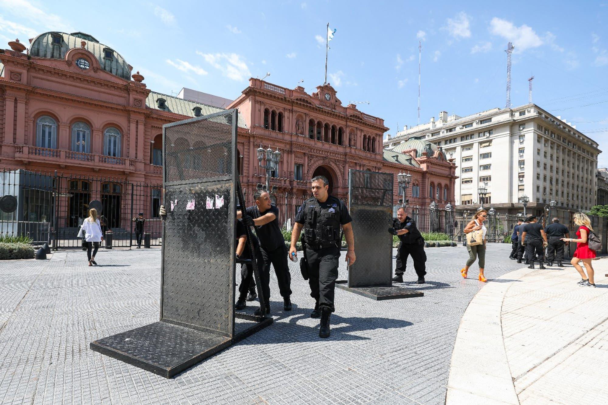 Enojado, el Presidente hizo retirar el vallado que protegía a la Casa Rosada