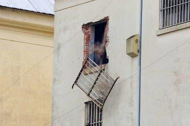 Una reja es arrancada desde los pisos superiores