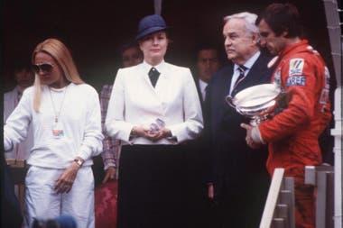 En presencia de Mimicha, su esposa, Reutemann sostiene el trofeo de ganador del Gran Premio de Mónaco de 1980 al lado de la princesa Grace Kelly y el príncipe Rainiero; el himno y la bandera argentinos estuvieron en el podio más solemne de la Fórmula 1.