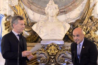 Mauricio Macri, cuando le tomó juramento a Gustavo Arribas como jefe de la AFI