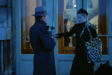 La fotografía azulada de Storaro marca la distinción de los espacios de libertad parisinos en contraposición a la claustrofobia de Roma