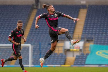 Kalvin Phillips, de Leeds, festeja su gol de tiro libre en el partido contra Blackburn. Los dirigidos por Marcelo Bielsa ganaron por 3-1 y se acercan al ascenso a la Premier League.