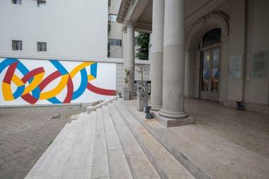 El macrismo apeló a un concepto artístico y tapó las figuras que había destacado el kirchnerismo en el mural de la casona