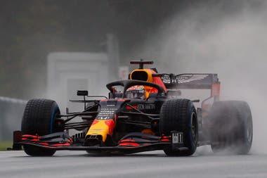 Max Verstappen y su Red Bull vuelven a aparecer como los principales contendientes de los Mercedes en Austria; el neerlandés abandonó el último domingo, pero es muy competitivo en Spielberg, la casa de la escudería austríaca.