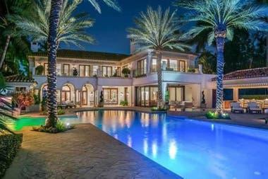 Una enorme piscina, palmeras, iluminación y muchos espacios de entretenimiento, son algunas de las comodidades de la lujosa mansión