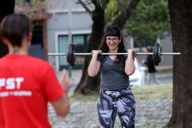 Clases de preparación física en una plaza de Lomas de Zamora