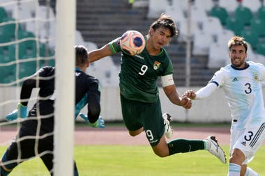 El excelente cabezazo de Marcelo Martins, facilitado por la falta de marca argentina, se transformará en el 1-0 momentáneo de Bolivia, que perdería a pesar de jugar en La Paz.