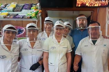 Emilio y sus empleados, en abril, cuando reabrieron La Unión