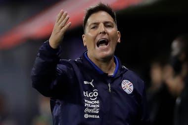 Eduardo Berizzo, entrenador argentino de Paraguay, se lamenta luego de una jugada; Toto rescató la producción de sus diriigidos.