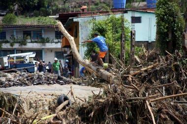 Escombros arrastrados por el desborde del río Zorquera, en la municipalidad de Zorca, San Cristobal, estado de Tachira